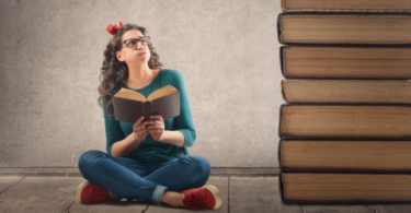 http://www.quizme.pl/img/bigstock/bigstock-Young-woman-reading-a-book-107317322.jpg